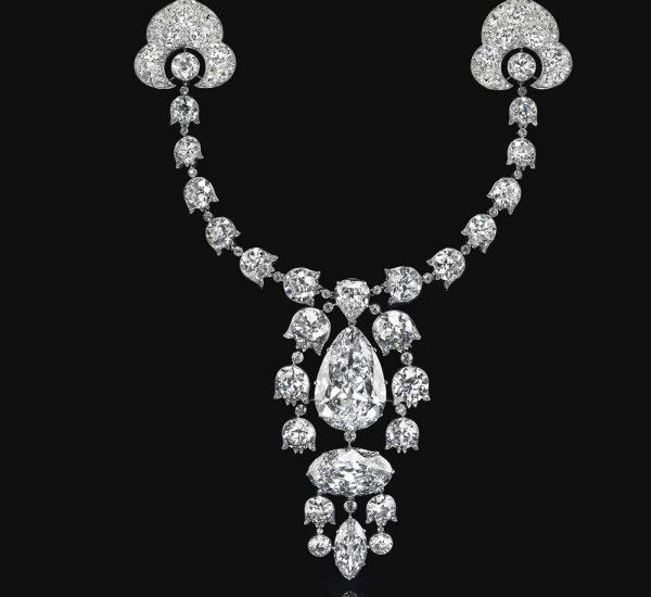 Devant-de-Corsage胸针,1912年,卡地亚。重达34.08克拉的梨形明亮式切割钻石、重达23.55克拉的椭圆形明亮式切割钻石、经过改良的6.51克拉榄尖形明亮式切割钻石、经过改良的3.54克拉心形明亮式切割钻石、铃兰形老式切割钻石链、铂金和18K白金(法国标记),7½英寸,1912年。卡地亚签名