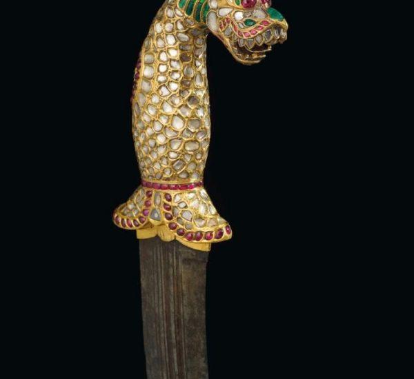 嵌宝石金质柄匕首(金贾尔匕首Kinjal)。这一yali造型的手柄镶嵌精美钻石、红宝石和祖母绿,搭配精钢匕首刃。坦加布尔或迈索尔,印度南部,1790年-1810年