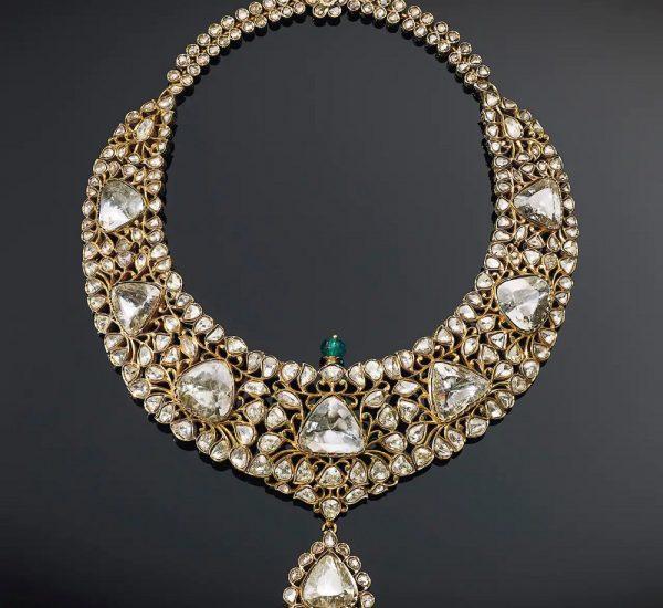 钻石、祖母绿和珐琅项链。经过改良的三角形盘形切割钻石、 刻面形状各异的玫瑰形切割钻石、精雕祖母绿圆珠、绿色珐琅、贴箔、黄金,背面雕刻有叶状图案, 16英寸 十九世纪后期