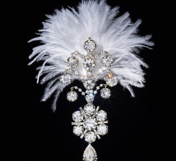美好年代(Belle Époque)钻石jigha,1907年,大约在1935年经过重新设计。头巾装饰镶嵌老式长方形和梨形切割钻石,采用白金材质,背面搭配羽状支架,下半部分可以拆卸并作为胸针佩戴