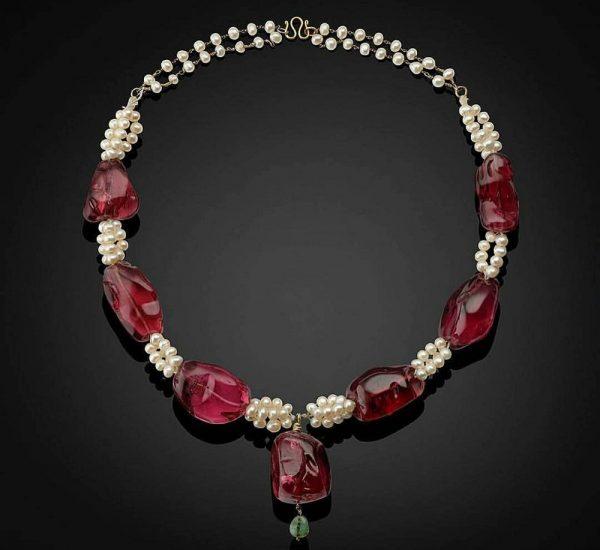北印度,尖晶石可追溯至1607至1608年,1754之1755年以波斯文鎸刻莫臥兒帝國統治者姓名及在位時期