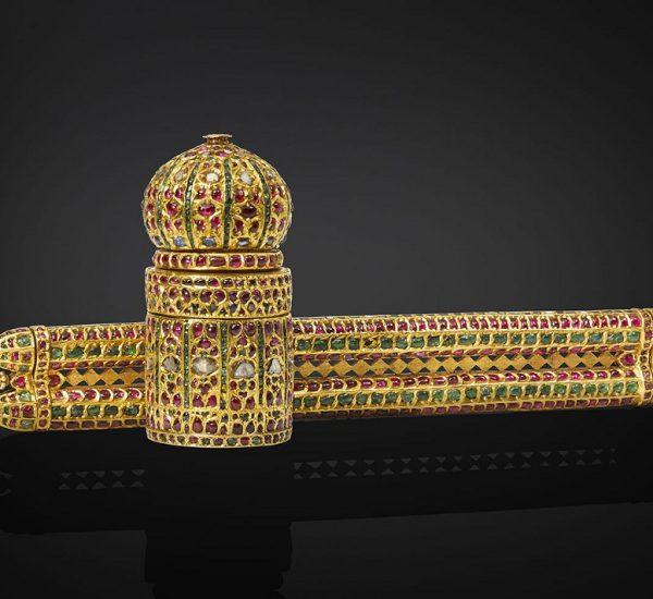 嵌祖母绿、红宝石和钻石的金质笔盒和墨水瓶(Davat-I Dawlat),墨水瓶下方刻有一只神鸟(hamsa)。德干,印度中部,16世纪后期